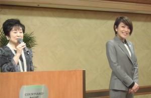 山東昭子参院議員(左)と夏の参議院選に出馬予定として挨拶に訪れた今井絵理子氏(女性アイドルグループ・SPEEDのメンバー)
